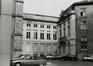Rue du Persil 2-4 et 6-12, angle place des Martyrs, façade latérale. Immeubles de la place des Martyrs ainsi que le Monument aux Martyrs ; Temples de la loge Les Amis Philanthropes, 1981