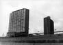 Cité Modèle, vue des immeuble-tours 3 et 1 en 1970, avec le centre culturel à l'avant-plan© AVB/FI C-22904