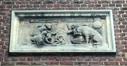 Rue Auguste Danse 56, relief en pierre au-dessus de la porte d'entrée, 2018