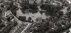 Le square Marie-Louise, vue aérienne de 1953, avant la vague de construction d'immeubles à appartements, photographie Polyfoto (.© © Bibliothèque royale de Belgique, Bruxelles, Cabinet des Estampes