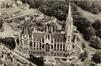 De Onze-Lieve-Vrouwkerk met achteraan de Mellerystraat, na 1947 en voor de afbraak van het oude hospitaal van Laken© (verzameling Belfius Bank © ARB – GOB)