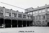 Rue de Molenbeek 122-122b, École Notre-Dame de Laeken, vue de la cour intérieure avec, à droite, le reste du bâtiment de 1909© AVB/TP 88520 (1982)