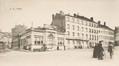 Vue de la rue des Palais depuis la place Liedts avec, à gauche, la Justice de Paix, à l'angle de la rue Brichaut, et, à droite, l'école ménagère, (Collection Dexia Banque-ARB-RBC)