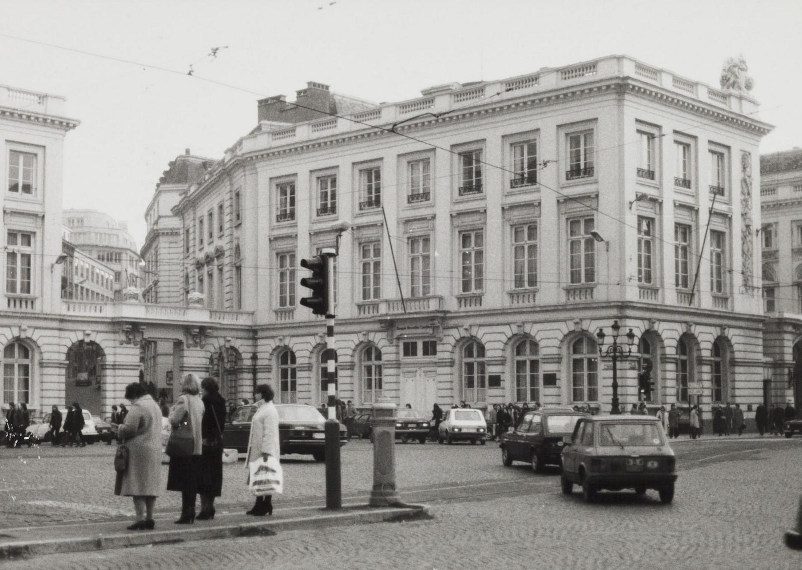 Place Royale 4, angle rue de la Régence 2 et rue de Namur 1. Portiques et façades des immeubles bordant la place Royale. Portique de la rue de Namur ; Anc. Palais du comte de Flandre, 1981