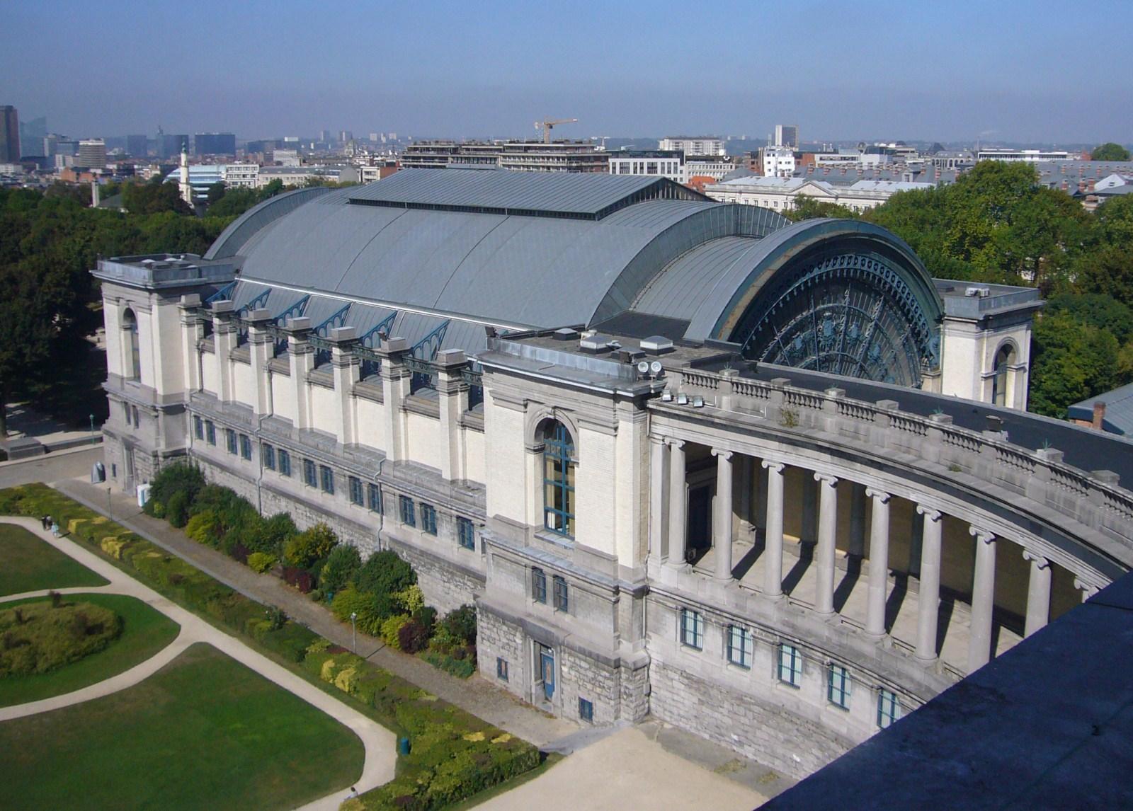 Vue du pavillon nord de 1880, abritant le Musée de l'Armée et d'Histoire militaire, depuis l'arcade du Cinquantenaire., 2009