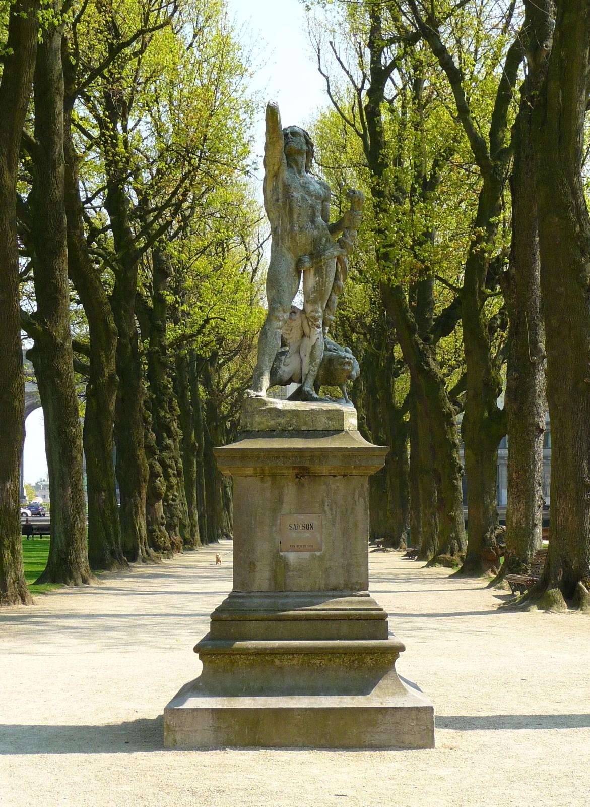 Parc du Cinquantenaire, Samson envoyant des renards dans les champs des Philistins, par Jean-Baptiste Van Heffen., 2010