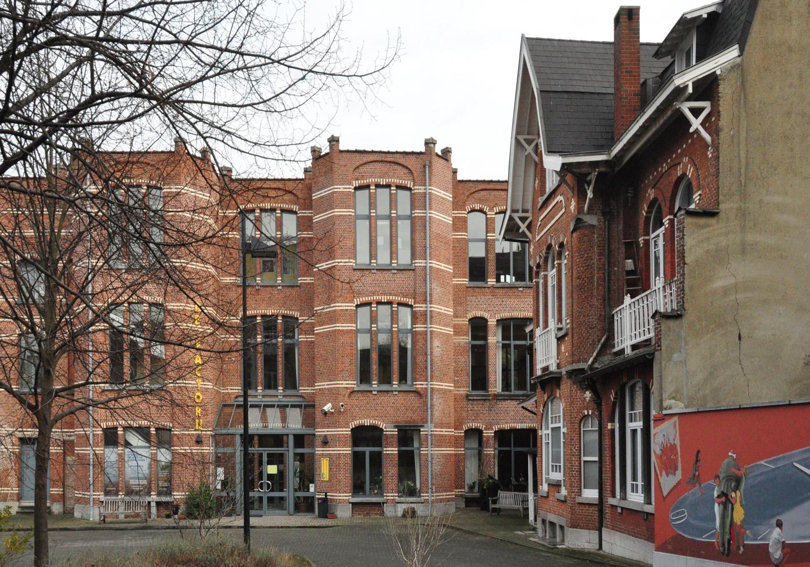 Avenue Huart Hamoir 136-138, anciennes manufacture, conciergerie et écuries vues depuis l'avenue, 2013