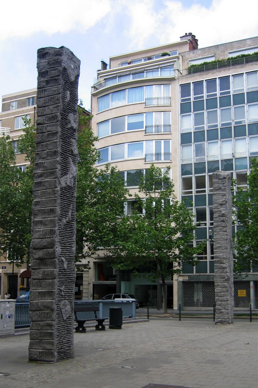Monolithes (1999), sculpteur Lambert ROCOUR. Vue de la paire située au carrefour entre l'avenue Louise et la rue Defacqz., 2006
