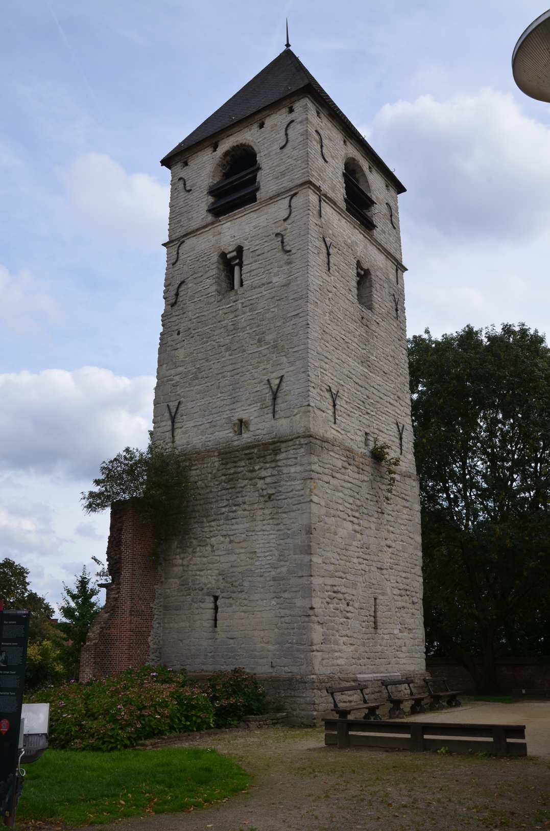 Bosduifstraat, romaanse toren (van de voormalige Sint-Pieter en Pauluskerk)