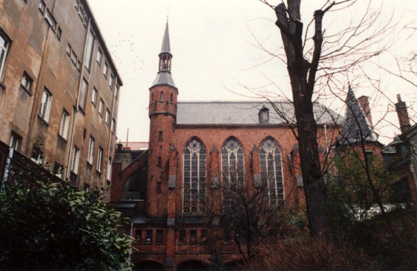 Rue de la Charité 41-45, chapelle Sainte-Julienne et ancien couvent des Sœurs-Apôtres du Saint Sacrement (photo 1993-1995).