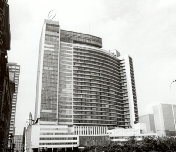 Place Charles Rogier 10-15, Centre international Rogier, façade est vue de la rue Gineste (photo 1993-1995).