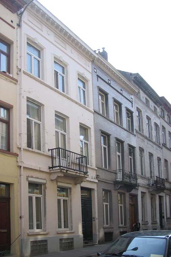 Rue de la Commune, à l\'avant-plan le no 30., 2005