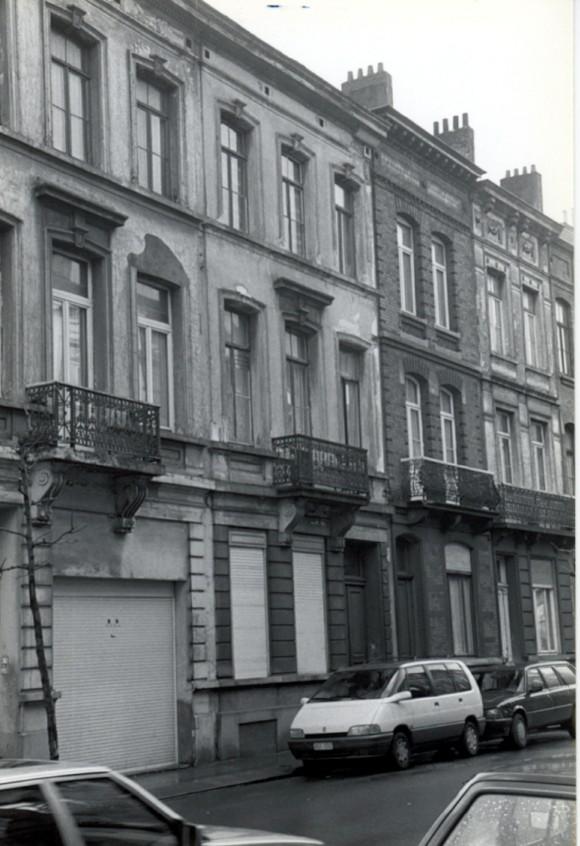 Rue des Coteaux, à gauche deux travées du no 22, à sa droite le no 20 (photo 1993-1995).