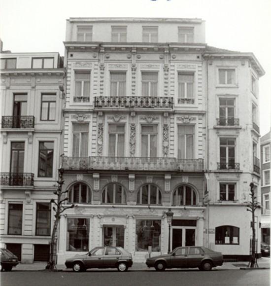 Rue des Deux Églises, à gauche deux travées du no 93, au milieu le no 89-91, à droite le no 87 (photo 1993-1995).