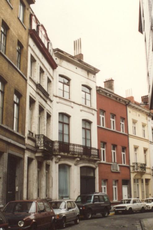 Rue de l\'Enclume, au milieu le no 28 (photo 1993-1995).