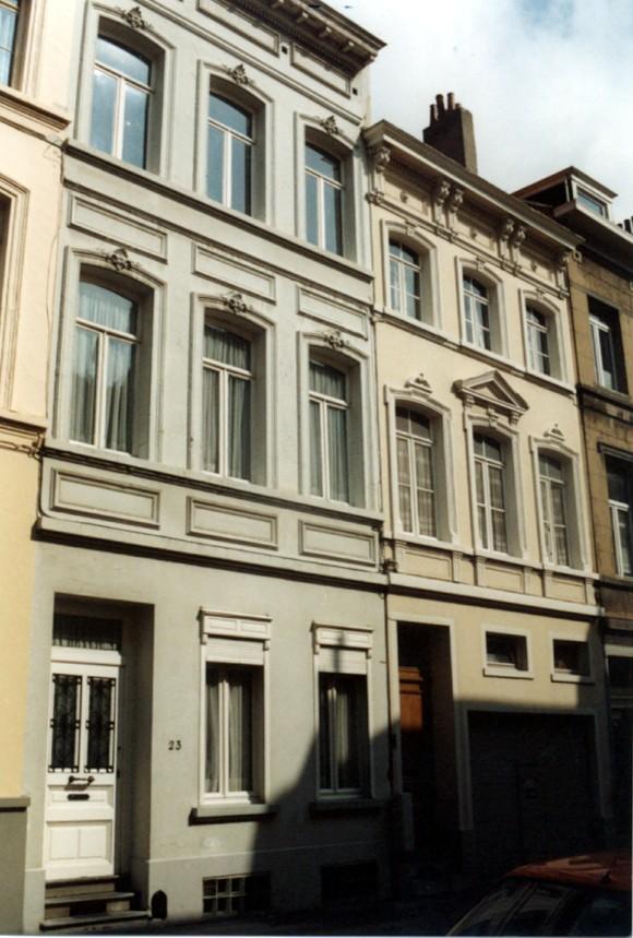 Rue de la Ferme, à droite le no 25, à gauche le no 23 (photo 1993-1995).