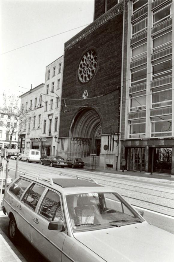 Église du Gesù, façade Art Déco par l'arch. Antoine Courtens (photo 1993-1995).