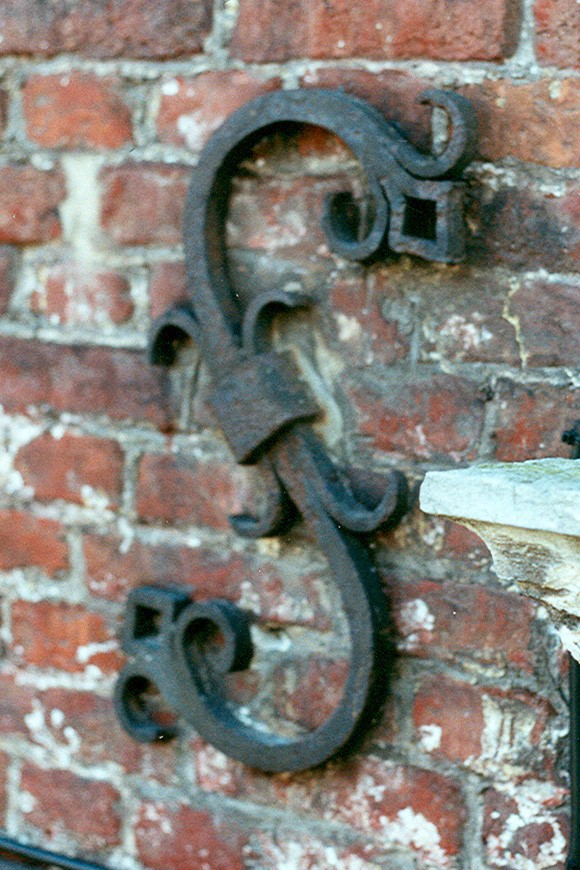 Ancre en fer forgé figurant un S, cure de l\'église Saint-Pierre, Petite rue de l\'Église 2, Woluwe-Saint-Pierre, élément ajouté en 1932 sur un bâtiment de 1784., 2002