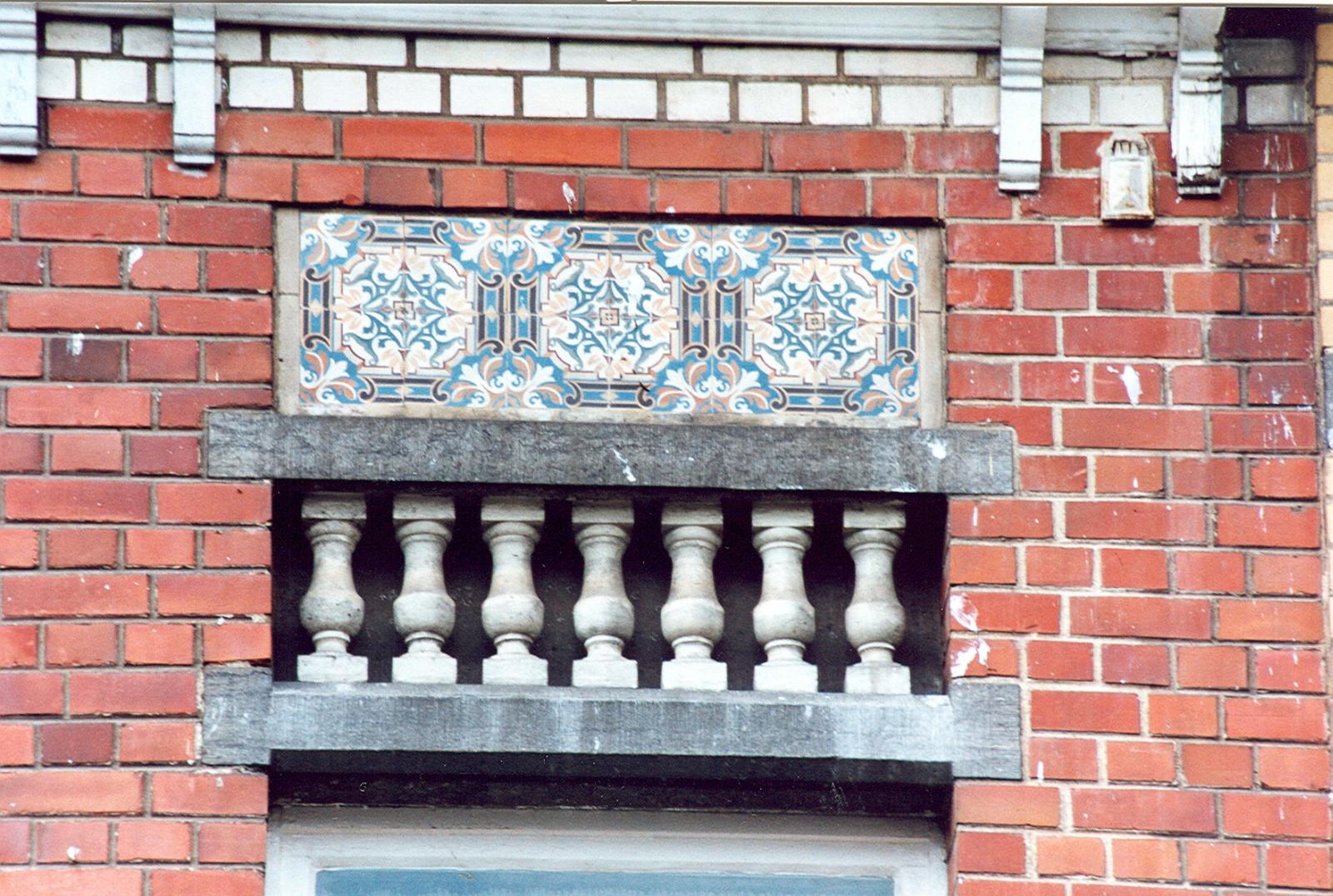 Frise de balustres, rue Louis Titeca 25, Woluwe-Saint-Pierre, 1911, entrepreneur J. Schoonejans-Lécho., 2002