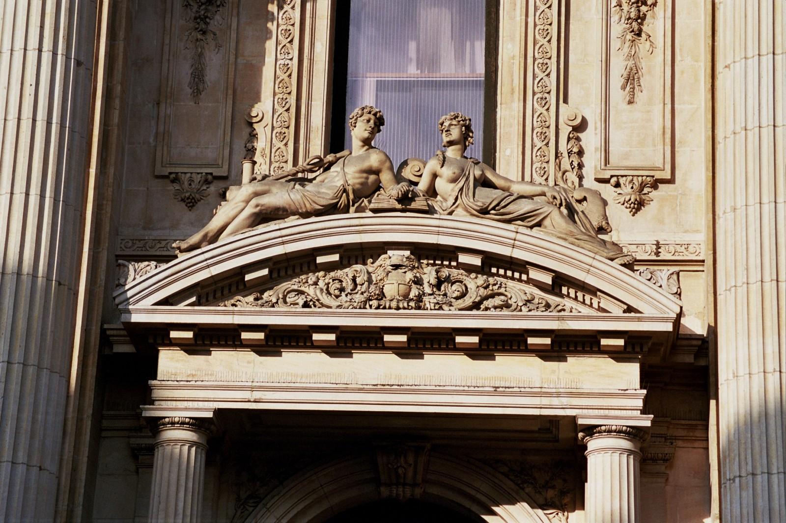 Fronton courbe à tympan sculpté, Bourse de Commerce, bd Anspach 80, Bruxelles, 1868, architecte L. P. Suys., 2005