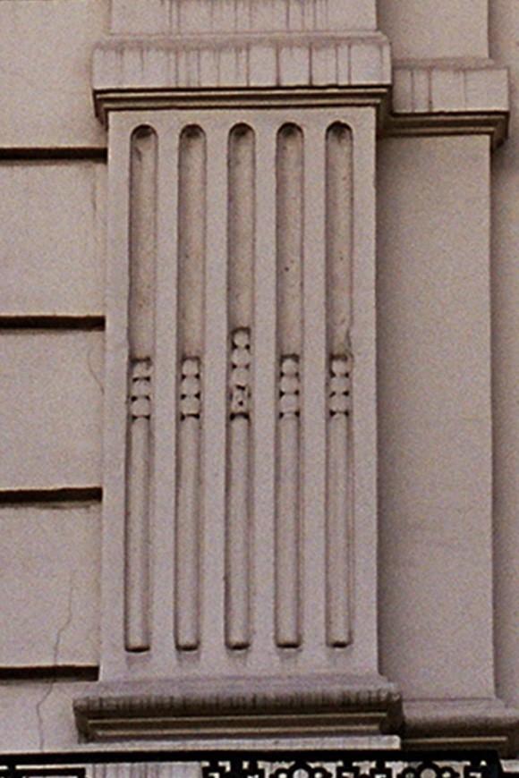 Pilasterbasis met cannelures, Adolphe Maxlaan 148-160, Brussel, 1874, arch. J. Segers., 2005