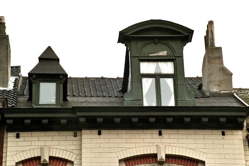 Twee houten dakkapellen, links onder tentdak, rechts onder fronton, François Bossuetplein 3, Sint-Joost-ten-Node, 1901., 2005