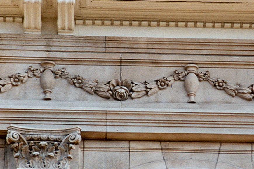 Détail d\'un entablement décoré d\'une frise à festons, av. de Tervueren 164, Woluwe-Saint-Pierre, 1913, architecte Charles Neyrinck., 2005
