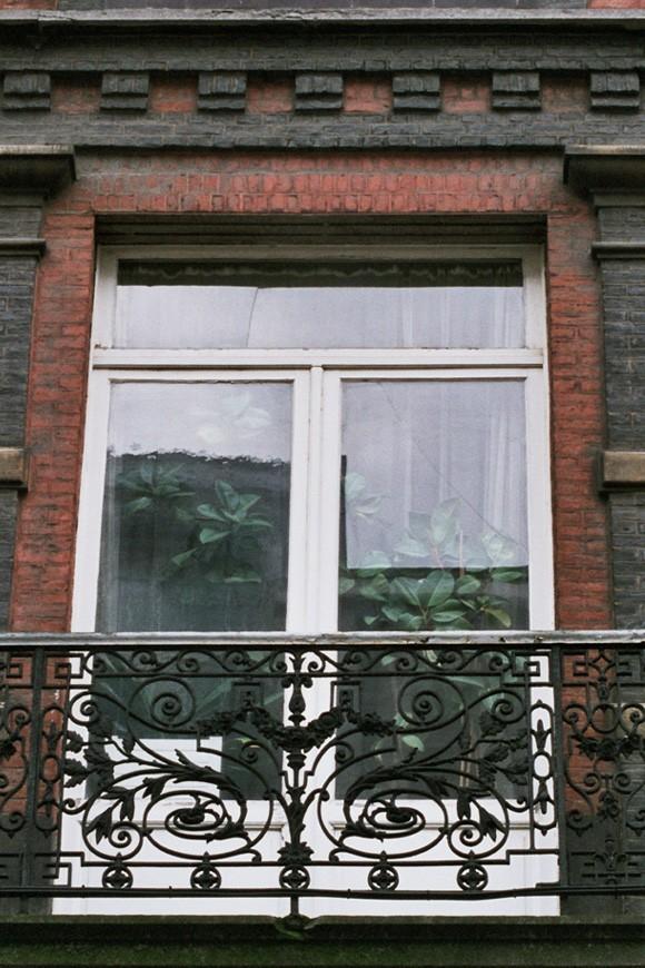 Glasdeur naar het balkon,  Warmoesstraat 71-73, Sint-Joost-ten-Noode, 1886., 2005