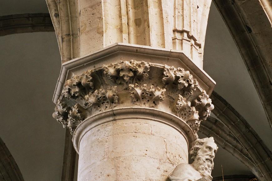 Chapiteau à feuilles de chou, église Notre-Dame de la Chapelle, place de la Chapelle, Bruxelles, XVe s., 2005