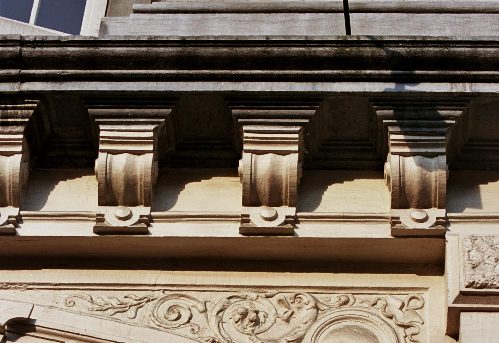 Détail d\'une corniche sur modillons, ancien cinéma Pathé-Palace, bd Anspach 85-87, Bruxelles, 1880-1881, architecte Alph. Dumont, reconstruction  partielle en 1913, architecte Paul Hamesse (photo 2005