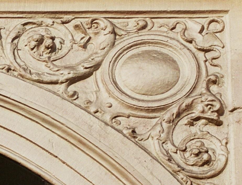 Écoinçon orné d\'un besant, ancien cinéma Pathé-Palace, bd Anspach 85-87, Bruxelles, 1880-1881, architecte Alph. Dumont, reconstruction  partielle en 1913, architecte Paul Hamesse., 2005