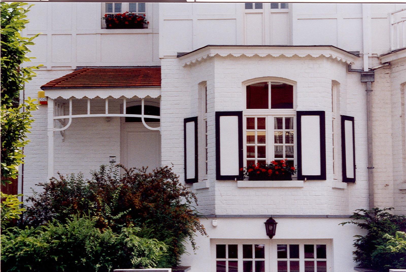 Porte d\'entrée et bow-window sous corniche à lambrequin, av. Edmond Parmentier 111, Woluwe-Saint-Pierre, 1922, architecte Ph. Van Styvendael., 2003