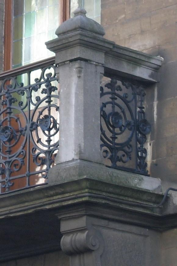 Balkon met ijzeren borstwering tussen postamenten, Aquaductstraat 31, Sint-Gillis, 1893., 2005