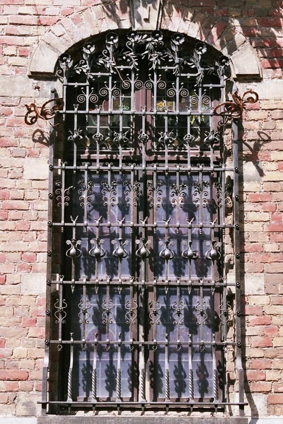 Fenêtre protégée par une grille en fer forgé, Institut supérieur de peinture Van Der Kelen–Logelain, rue du Métal 30, Saint-Gilles, 1881, ferronnier d'art Prosper Schrijvers., 2004