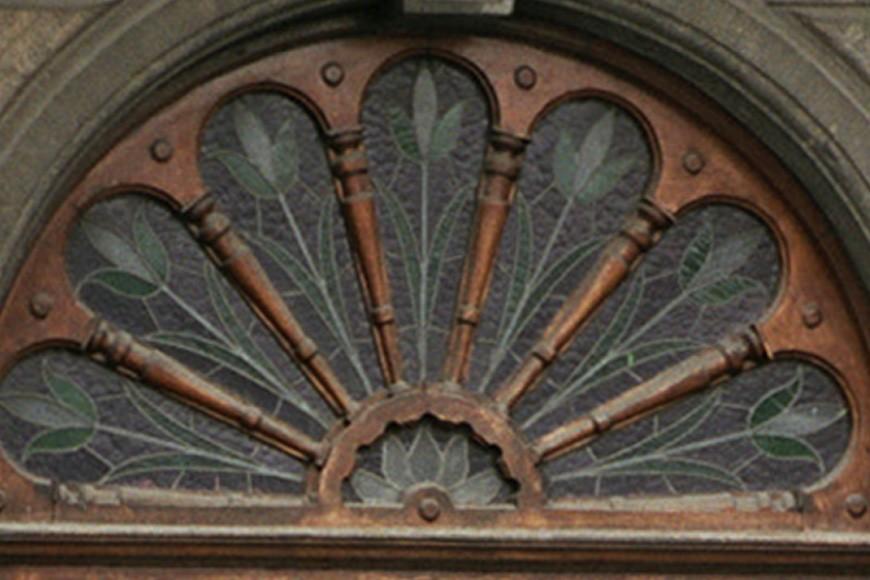 Imposte de porte décorée de fuseaux, rue Defacqz 142, Saint-Gilles, 1899, architecte Hubert De Kock., 2004