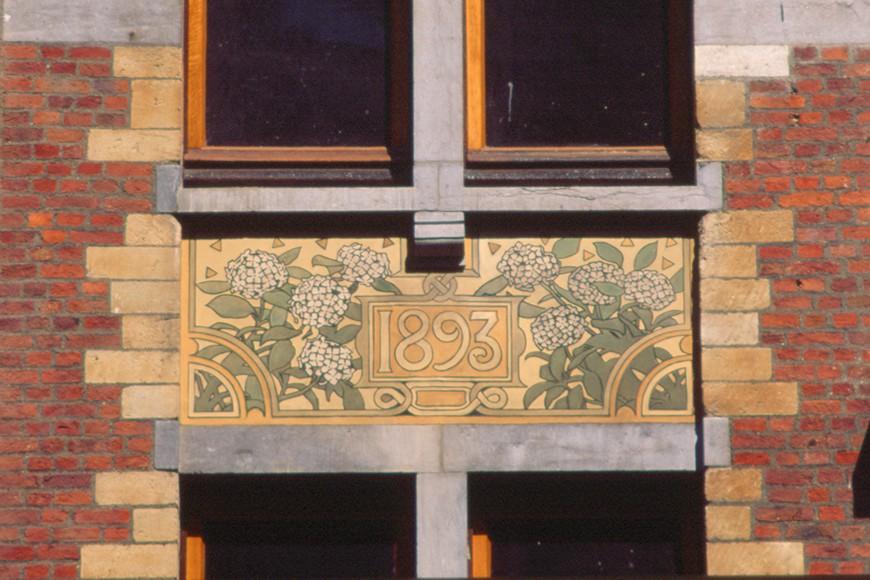 Allège décorée d\'un sgrafitte, rue Defacqz 71, Saint-Gilles, 1893, architecte Paul Hankar., 2005