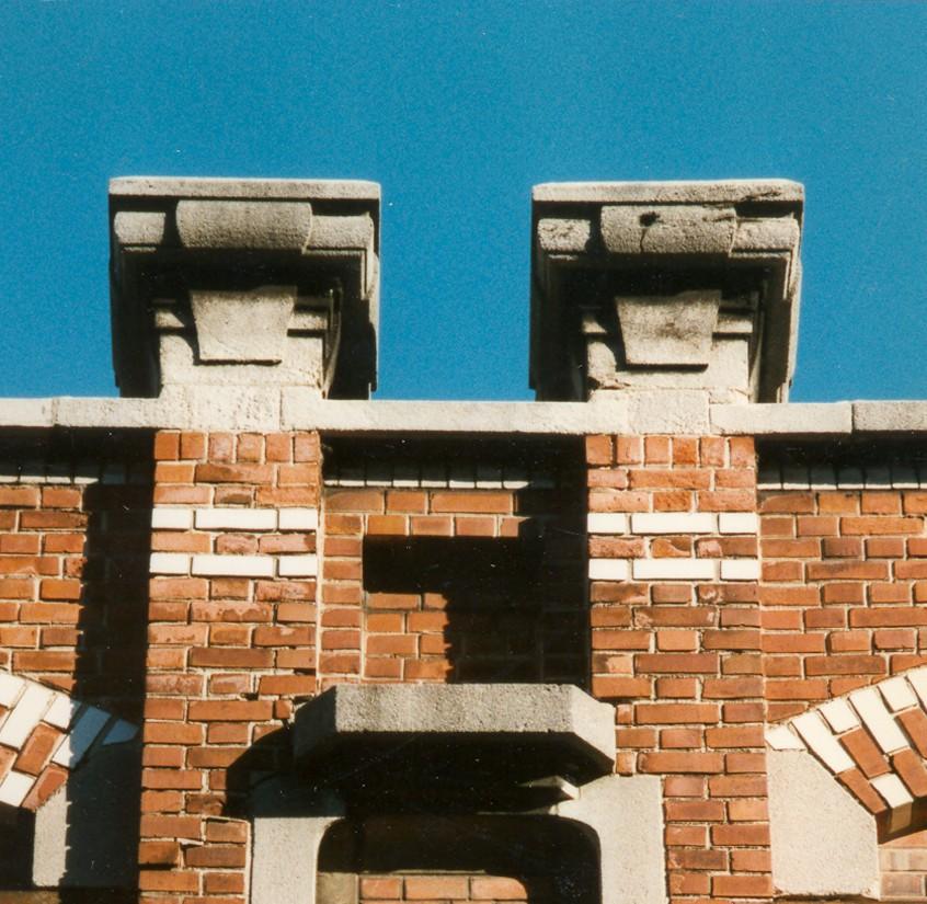 Deux amortissements en pierre, rue de Bosnie 22, Saint-Gilles, 1908, architecte Pierre Meewis., 1997