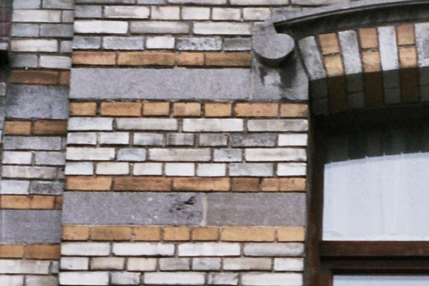 Alternance de bandeaux de briques colorées et de pierre bleue, rue Potagère 102, Saint-Josse-ten-Noode, 1901-1902., 2005