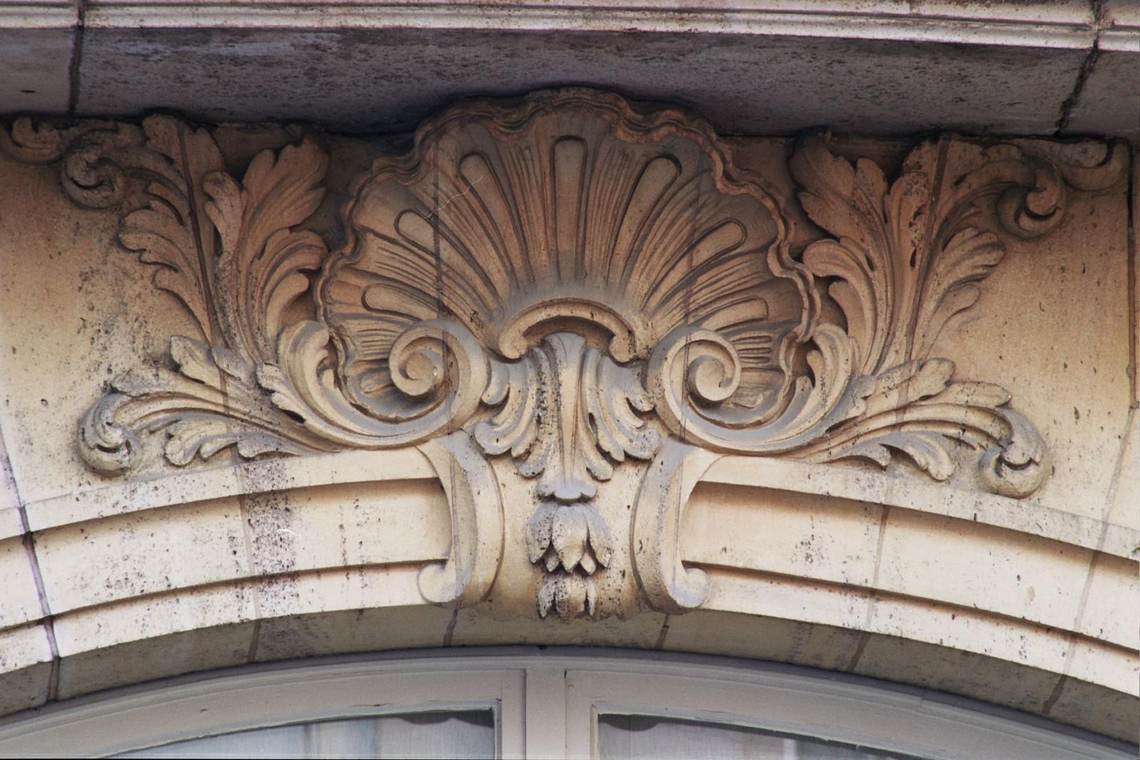 Clef surmontée d\'une coquille, rue Blanche 27, Saint-Gilles, 1924, architectes Ch. Lefèvre, J. Duhayon et M. Julien., s.d.