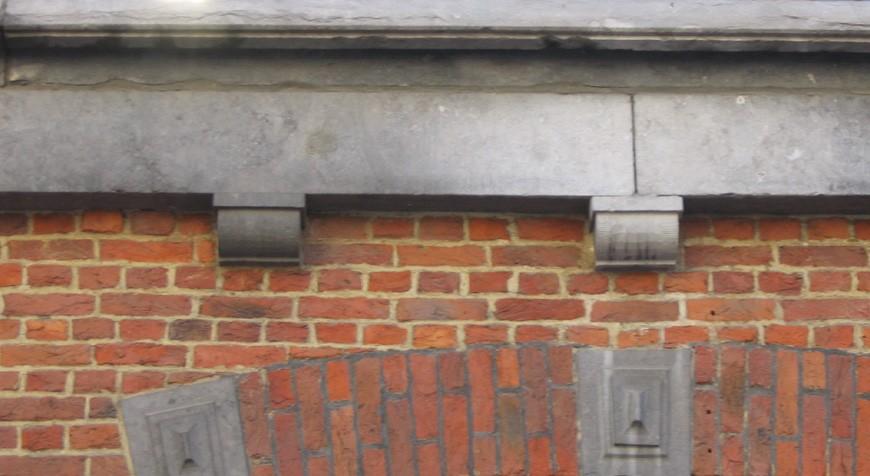 Corbeaux en pierre bleue, place Anneessens 11, Bruxelles, 1852., 2005