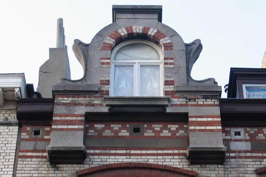 Lucarne passante en encorbellement, avenue du Parc 19, Saint-Gilles, 1902, architecte Pierre Van Beesen (photo s.d.)