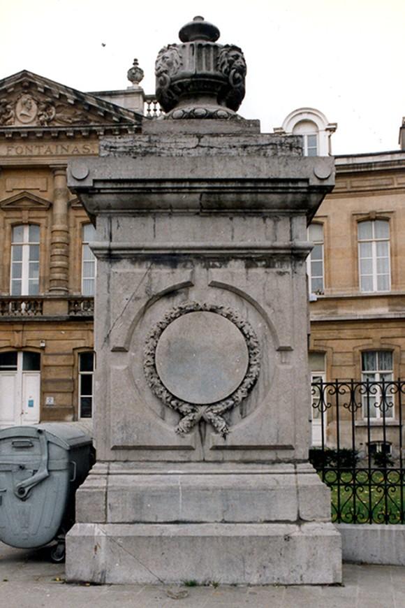 Haut socle en pierre bleue, Cité Fontainas, Saint-Gilles., 1997