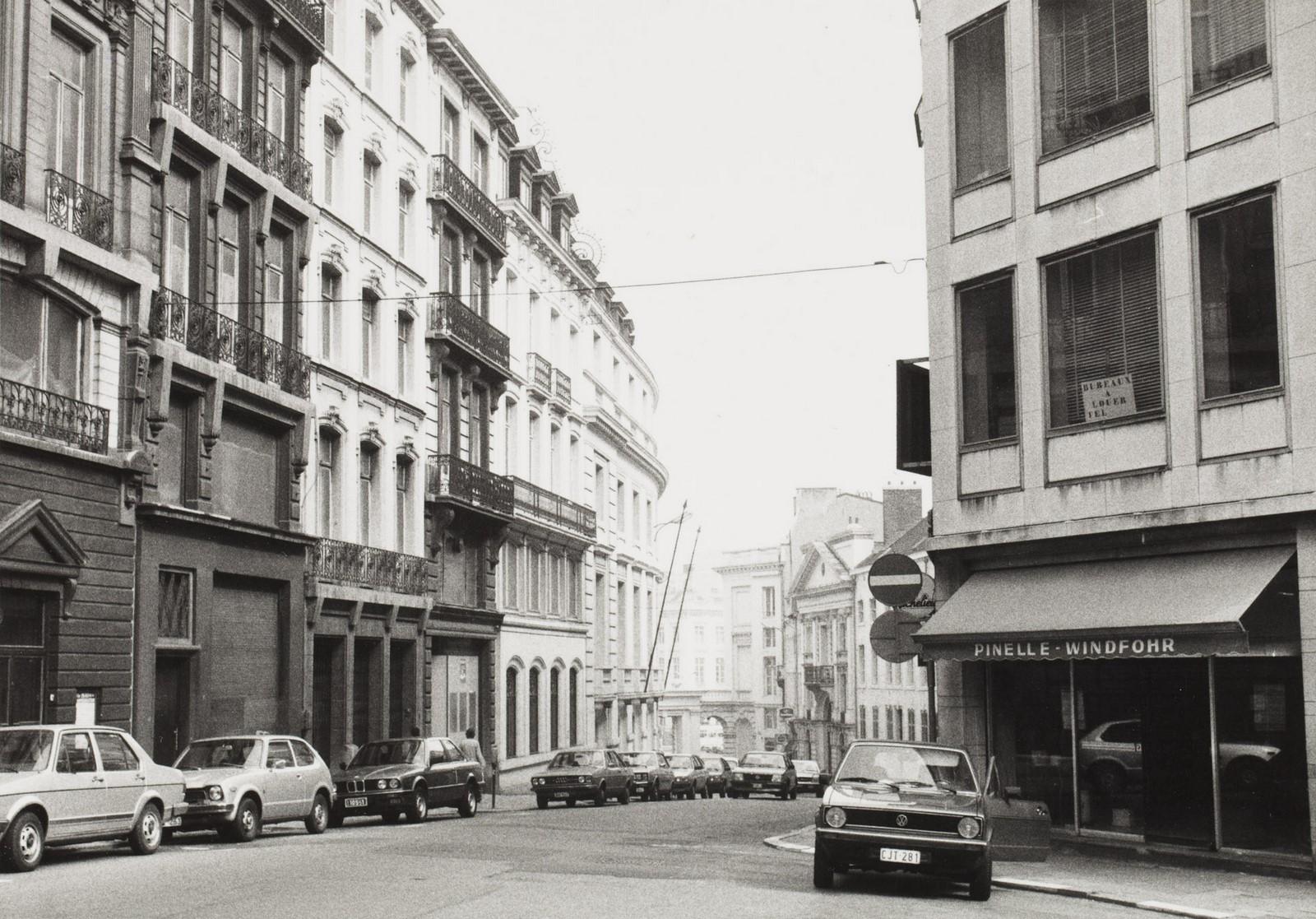 Naamsestraat, zicht vanf Brederodestraat naar Koningsplein., 1983