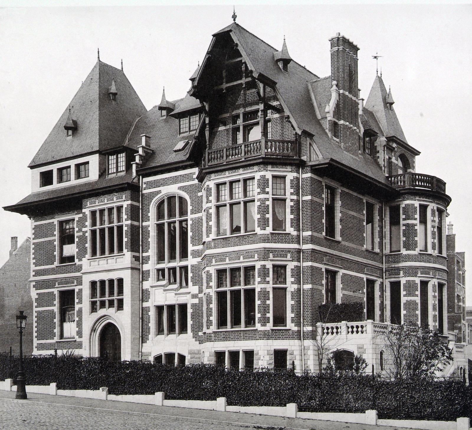 À l\'angle de la rue de la Vallée, villa de style néo-Renaissance flamande conçue en 1898 par l\'architecte Gustave GHYSELS, démolie (L\'Émulation, 1902, pl. 8).