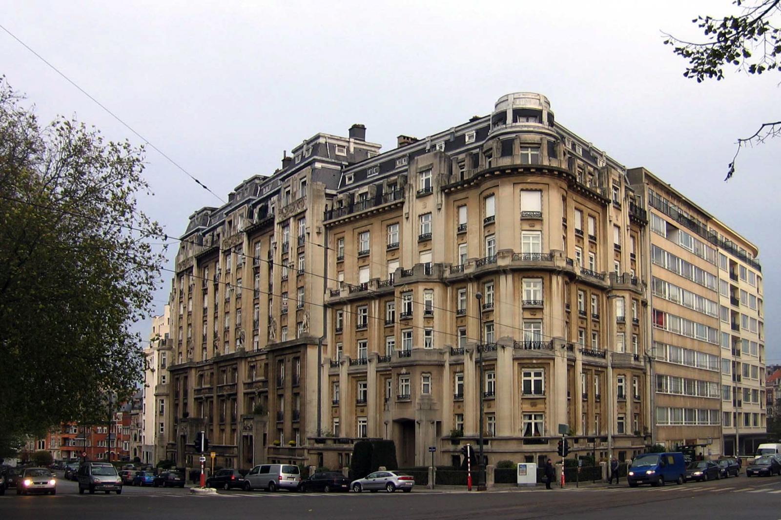 À l\'angle du boulevard de La Cambre et de l\'avenue Émile Duray, complexe monumental d\'immeubles à appartements comprenant le no 68, architecte Camille DAMMAN, 1925., 2005