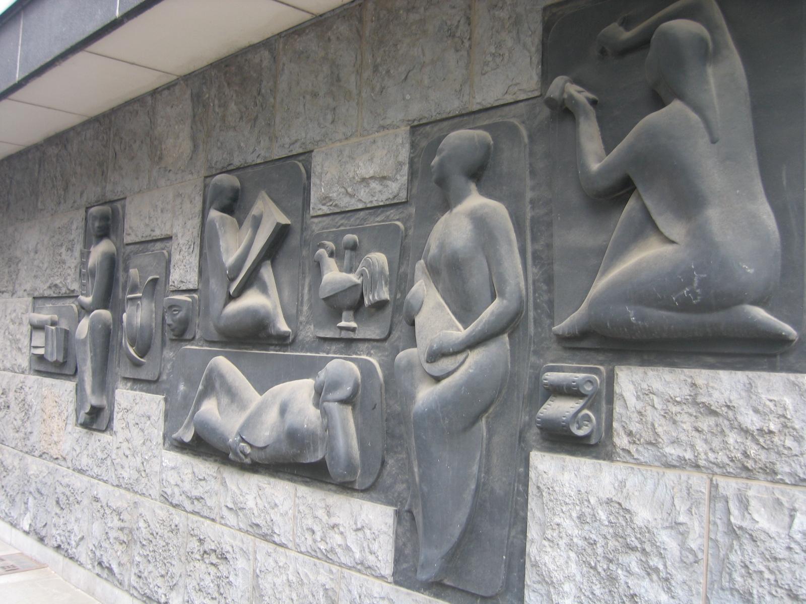 Rue Paul Lauters 1 - avenue Louise 461. Au r.d.ch. d\'un immeuble de bureaux, bas-relief figurant Les Arts par le sculpteur Raymond GLORIE, vers 1960.., 2006