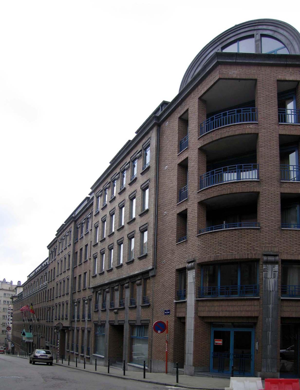 Paul Spaakstraat 35 tot 1, zicht vanaf het kruispunt van Verlaatstraat en Kluisstraat