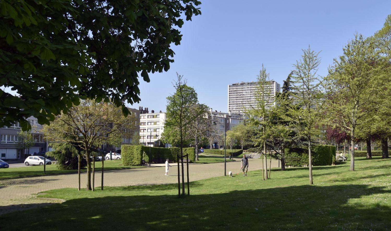 Square Jean Palfyn, vue de l'allée centrale vers l'ouest© ARCHistory / APEB, 2018