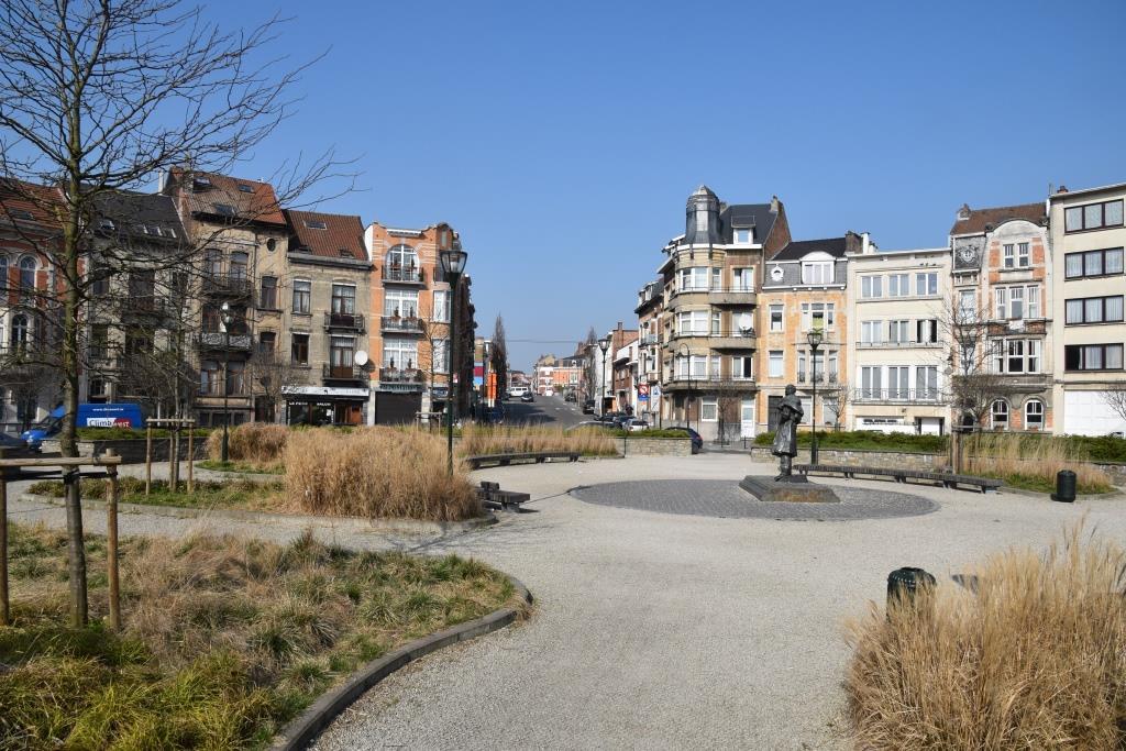 Place Alexandre Pouchkine, vue vers la seconde partie de la rue Charles Demeer, 2017