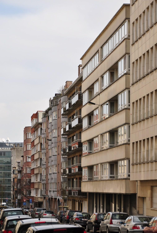 Avenue Adolphe Lacomblé, vue du côté impair vers le boulevard Auguste Reyers, 2011